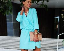 Miętowa kopertowa sukienka z beżem