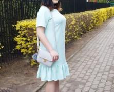 Miętowa pastelowa sukienka z falbanką idealna na wiosnę