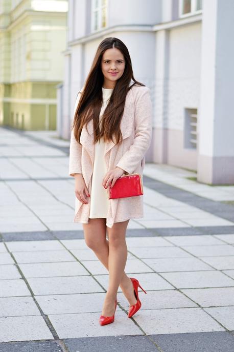 pastelowa sukienka czerwone szpilki