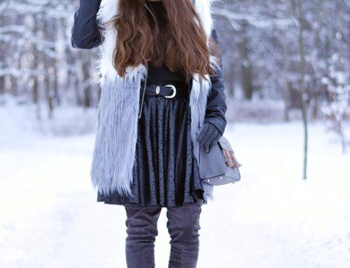 Czarna rozkloszowana spódnica mini z wycinanej skóry w dziewczęcej stylizacji