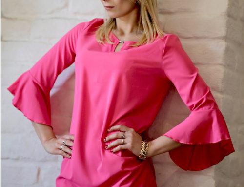 Różowa sukienka z rozkloszowanymi rękawami w stylizacji Sandry