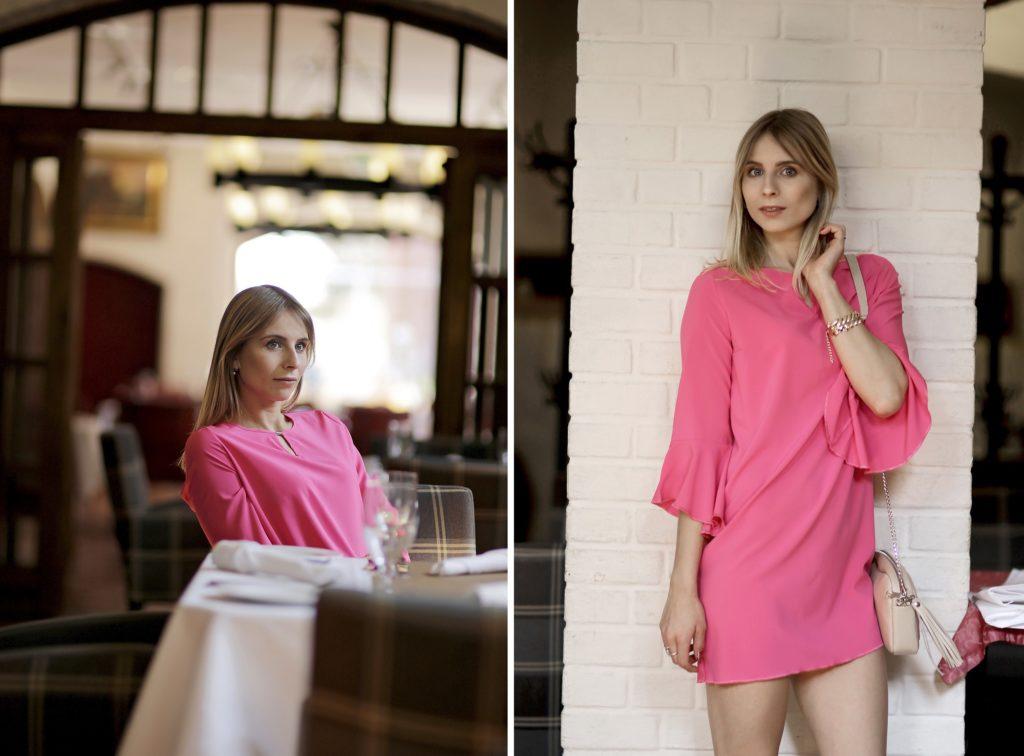 różowa sukienka z falbaniastymi rękawami