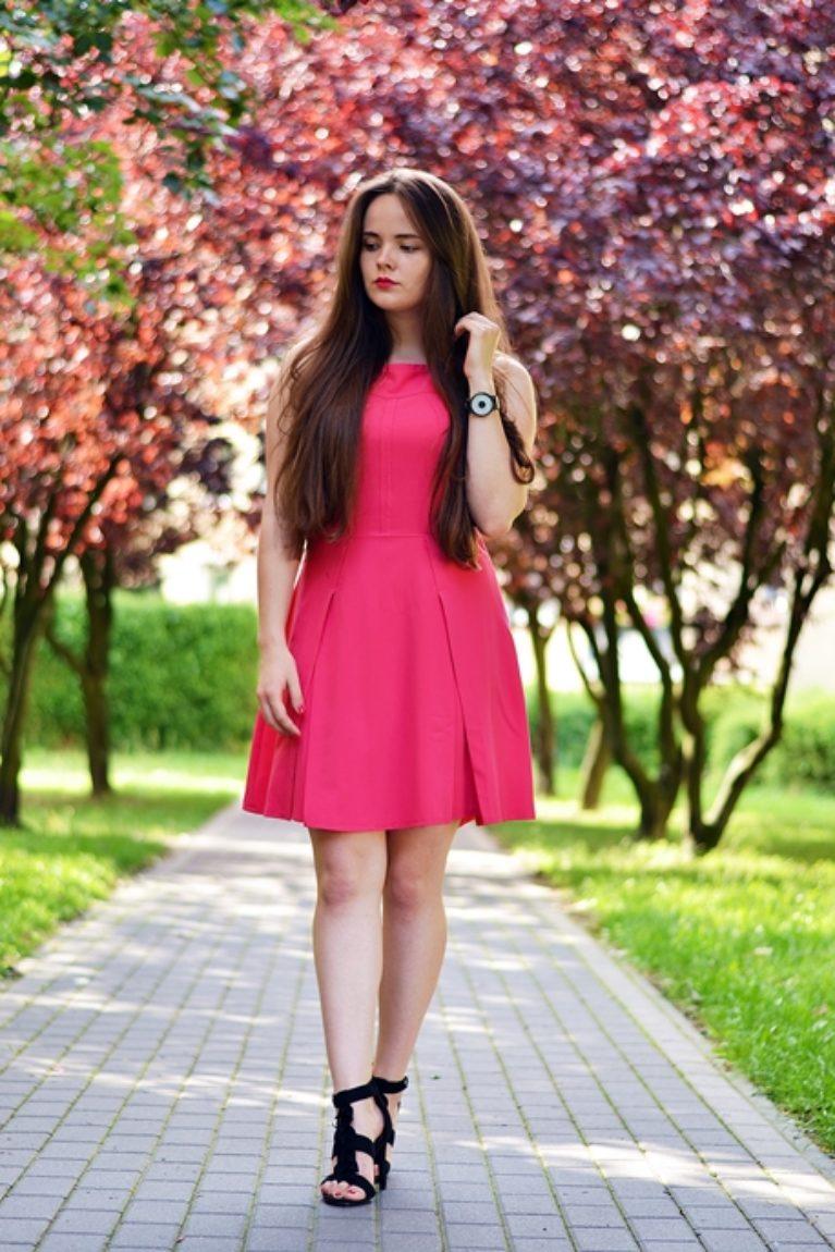 różowa rozkloszowana sukienka