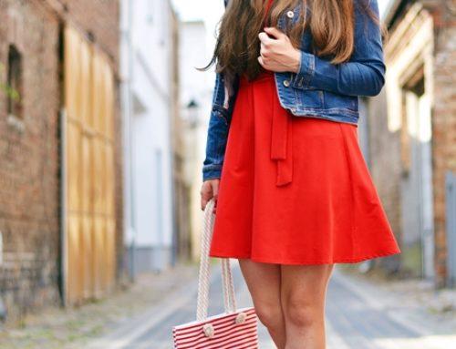 Czerwona sukienka w codziennym zestawie
